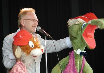 - Unterhaltung von Kopf bis Bauch: Eigentlich sind sie Affe oder Hund, Hamster oder Krokodil. Sie heißen Egon Schock oder Otto de Lacoste,sie haben eine Gabe, von der viele Puppen träumen: Sie können sprechen und Menschen zum Lachen bringen. Behilflich ist ihnen dabei ihr bester Freund Addy Axon - Bauchredner aus Leidenschaft. Ob bei Michel Schumachers Hochzeit, Vereinsfeier oder exclusiven Seminaren - überall wo Ihr Publikum nicht schlaff im Sessel hängen soll, begeistern Die Unterhaltungskünstler aus Stuttgart Bauchredner Addy Axon und seine Puppen mit Pointen und Persönlichkeit. Für Ihre ausländischen Gäste auch auf englisch oder französisch.