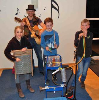 Die Klabautermusik, ein Programm für Kinder mit einem Sammelsurium von z.T. selbstgebauten Instrumenten - und natürlich dem Klabauter. Groß und Klein werden sofort in das Geschehen mit einbezogen, mit Aktionen mal auf der Bühne, mal davor.----------------------------- Das Klapper-Klabauter-Krachmobil mit der mobilen Musikwerkstatt wo jeder Interessierte einfache Instrumente selber bauen kann. Außerdem stehen diverse seltsame Instrumente zum erproben und ausprobieren zur Verfügung. Die dann auch gerne mal für ein kleines musikalisches Intermezzo verwendet werden. Ob Sommerprogramm oder Winterprogramm, auf der Bühne oder auf der Straße, alles ist Möglich!
