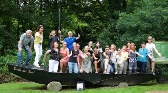 Sommerakademie vom 16.-23. Juli 2017 in Bredbeck (bei Bremen)- Workshops in den Sparten Schauspiel/Comedy (Hans Kieseier), freie Songbegleitung am Klavier (Christoph Eisenburger), Gesang (Claudia Schill) und Tanz (Catharina Gadelha). Sie suchen sich eine Sparte aus, haben durch das Crossover-Kurskonzept täglich die Möglichkeit auch in den anderen Workshops mitzumachen. Ausdrücklich sind Anfänger UND Profis willkommen. Durch täglichen Einzel- und Gruppenunterricht kann hier jeder integriert werden. Ma. 9 Teilnehmer pro Gruppe. Einwöchige Sommerakademie mit Übernachtung und Vollverpflegung im Tagungshaus Bredbeck. Weitere Infos über unsere Homepage StagePack-Buehnentraining.de oder persönlich bei Claudia Schill, Tel.: 0179-2142295.