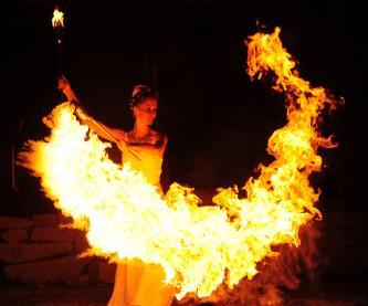 LUX AETERNA präsentiert stilvolle Feuershows mit faszinierender Feuerartistik, künstlerischem ...
