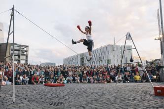 Mit Anmut, Charme und Humor bietet das rope theatre einen theatralischen Balanceakt auf dem ...